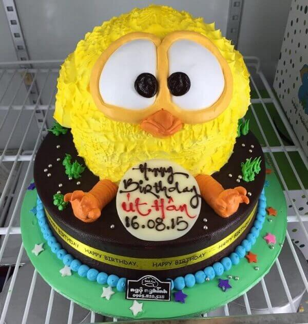 Birthday cake shaped like chicks or ducklings