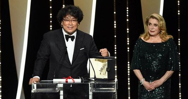 Director Bong Joon-ho with the Golden Palm award at Cannes Film Festival 2019 (Photo: THR)