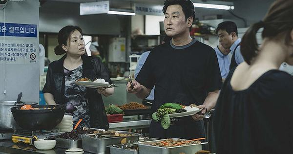 Using fake and deceptive methods, Ki-taek's family had a nice meal. (Photo: IMDb)